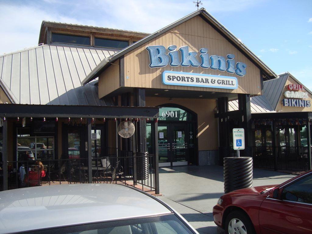 """富豪老板买下德州废弃小镇将其更名""""比基尼"""""""